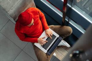 Freelancer – co to znaczy i czym się zajmuje? Poznaj zalety i wady takiej pracy